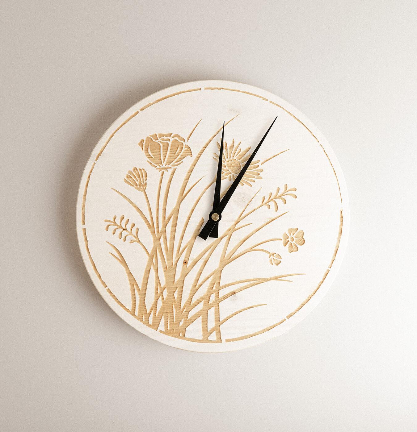 Orologio da parete in legno di abete.