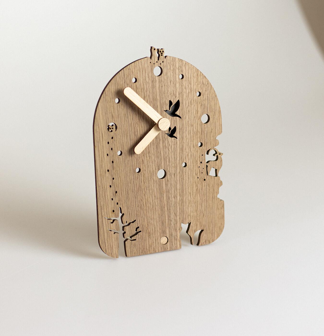 Orologio da tavolo in legno di noce e acero.
