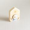Orologio magnetico a forma di casetta in legno di abete