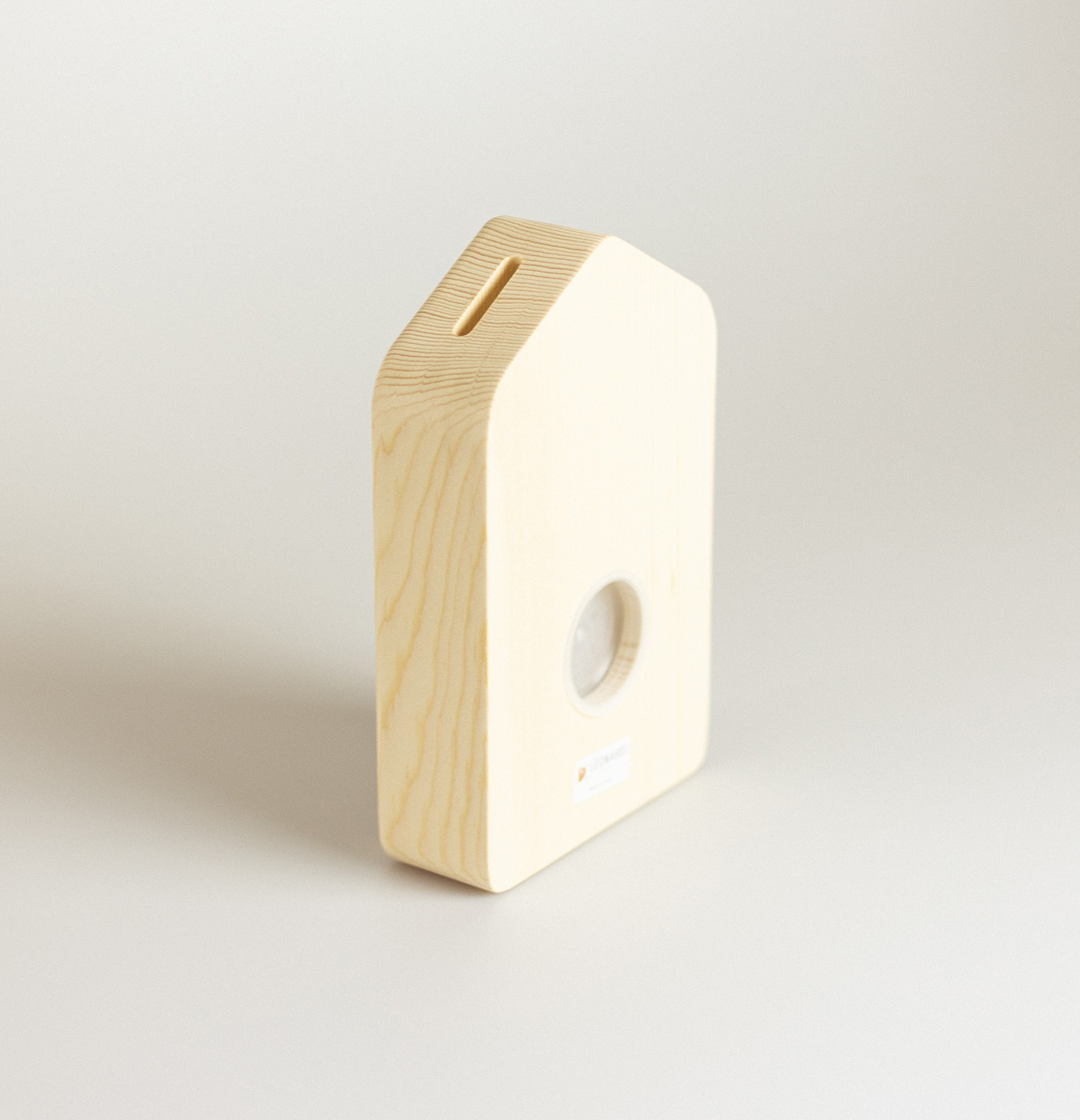 Salvadanio in legno di abete a forma di casetta con lavagna.