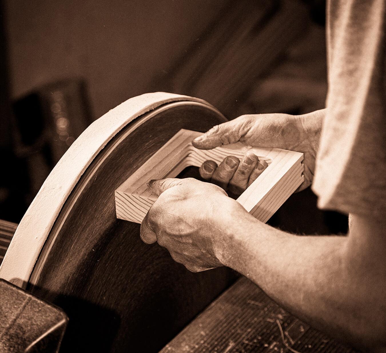 Artigiano all'opera in falegnameria