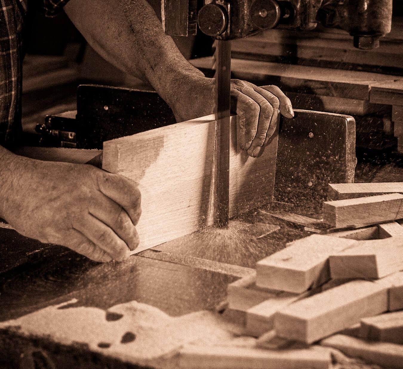 Artigiano del legno all'opera
