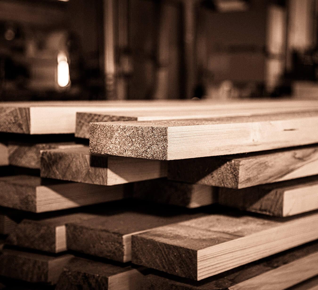 Assi di legno in falegnameria
