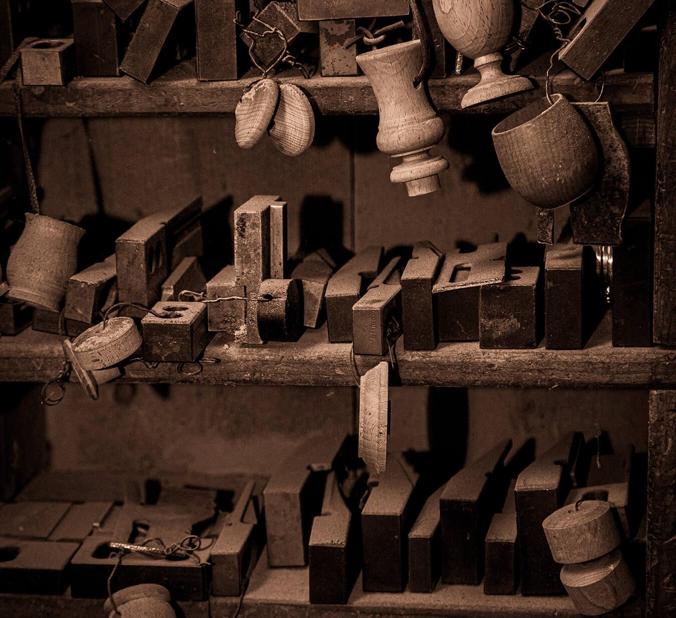 Componenti e utensili di macchinario d'epoca