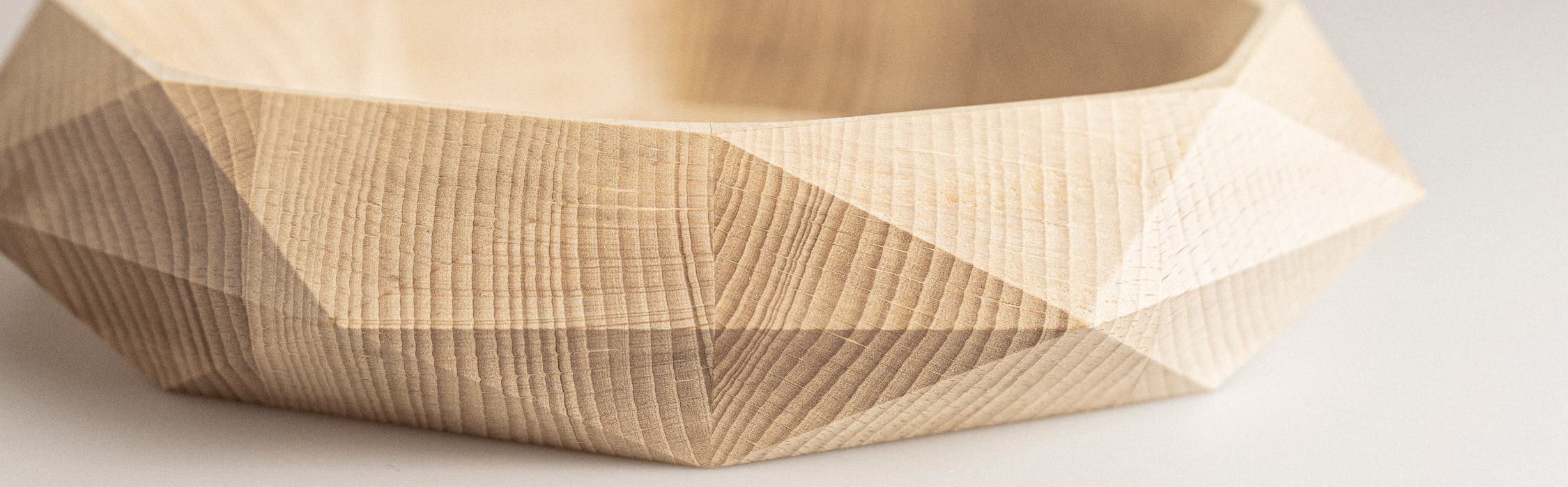 centrotavola con legno sfaccettato