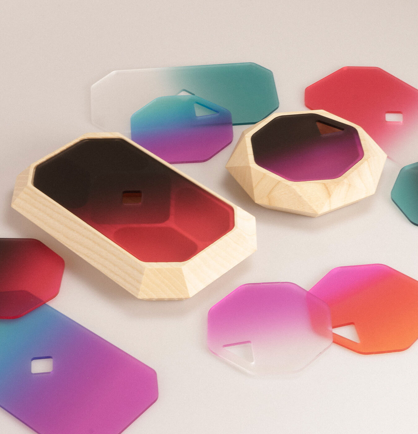 Portagioie in legno massiccio di frassino con coperchio in plexiglass sfumatura colorata