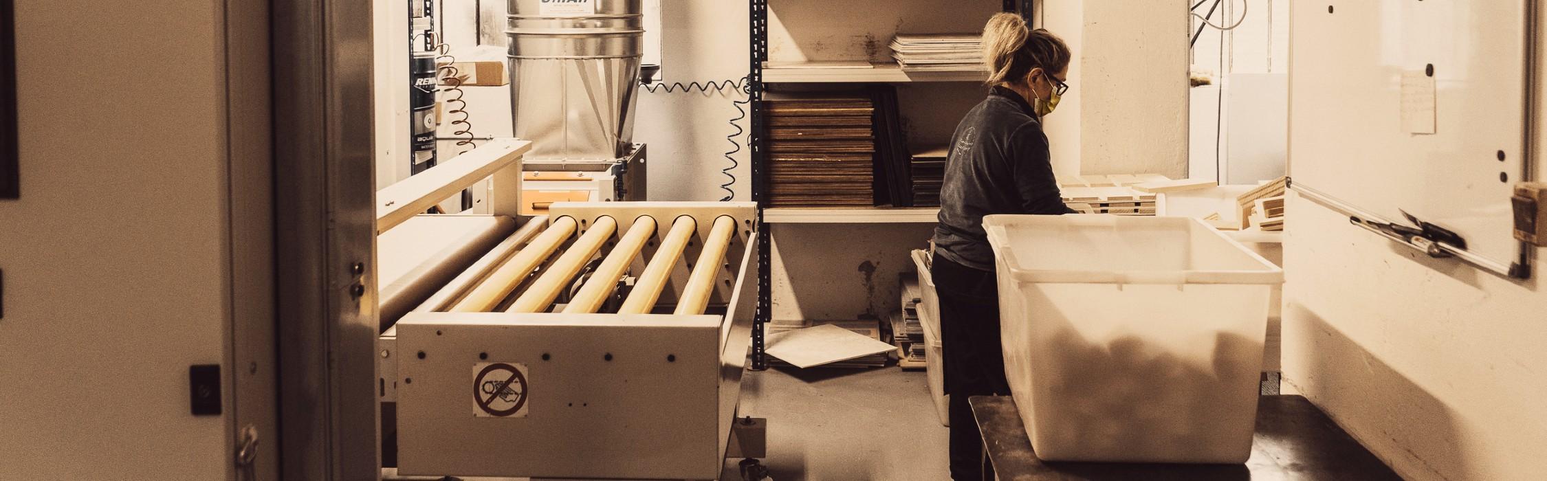Edda prepara i prodotti per la verniciatura