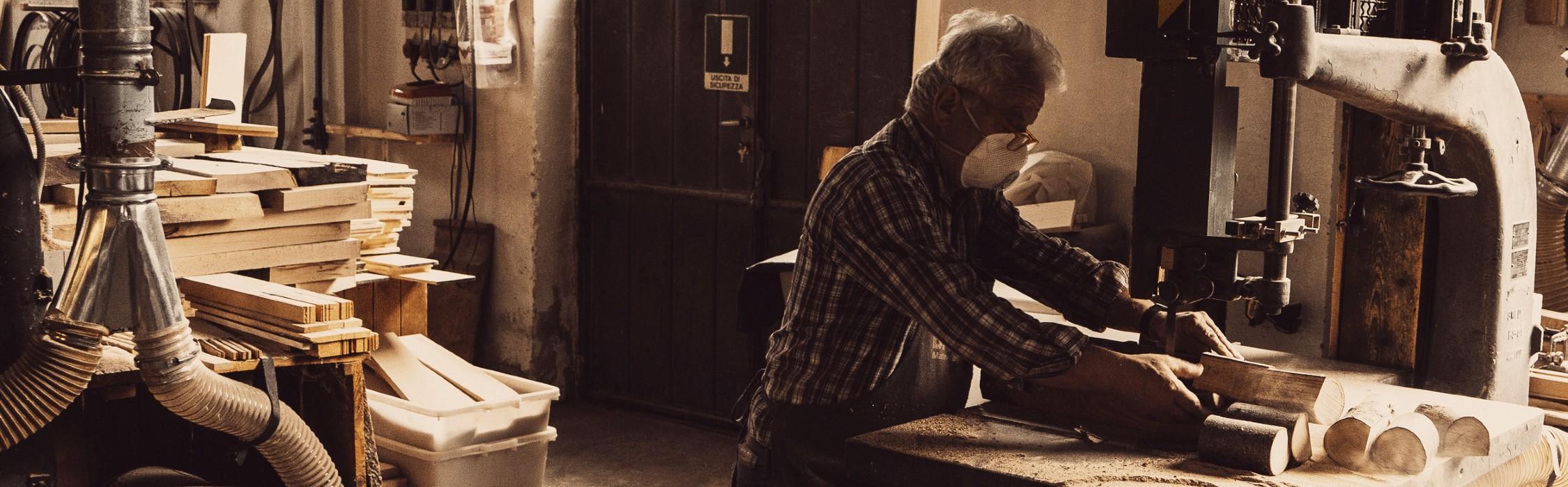Francesco utilizza una sega a nastro in laboratorio